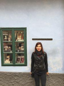 donna davanti a un museo
